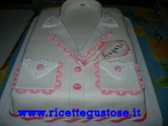 Torta millefoglie decorata con camicetta da donna in pasta di zucchero